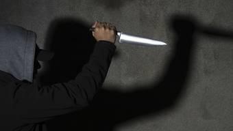 Zwei junge Männer wurde von einer Gruppe mit einem Messer bedroht. (Symbolbild)