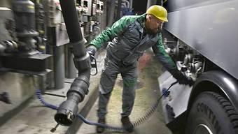 Ein Tanklastwagen wird mit Heizöl aufgefüllt (Symbolbild, Archiv)