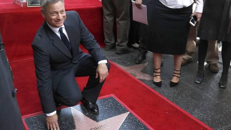 Er ist nun einer von über 2000 Prominenten, deren Namen den Hollywood Boulevard zieren: Gary Sinise posiert neben dem Stern mit seinem eigenen Namen.