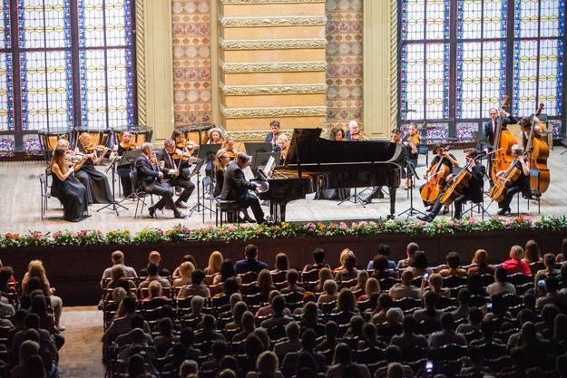Pianist Alexey Botvinov und das Zürcher Kammerorchester in der Philharmonie.