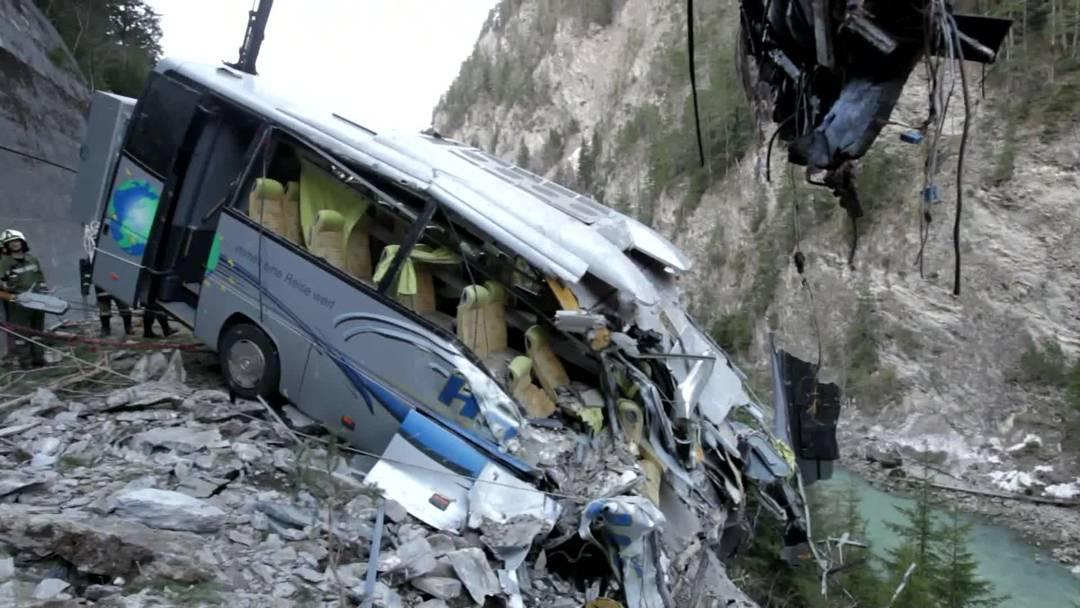 Im Unterengadin ist ein Car teilweise von einem Erdrutsch verschüttet worden. Bei dem Unglück ist der Carchauffeur ums Leben gekommen.
