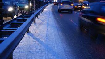 Jugendliche warfen in Kölliken Eisbrocken auf die Autobahn. (Symbolbild)