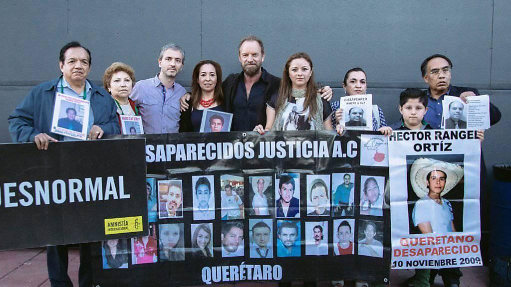 Sänger Sting flankiert von Angehörigen von Verschleppten in Mexiko