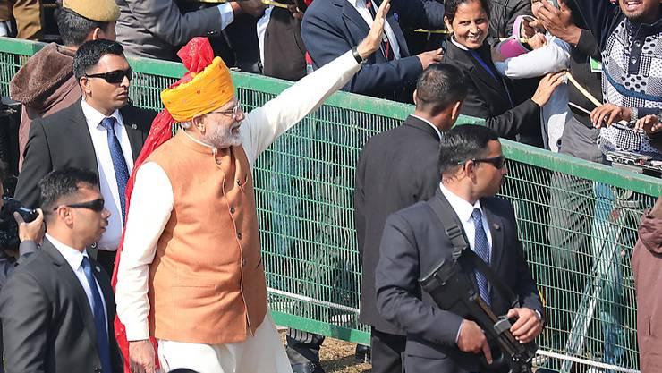 Der indische Premierminister Narendra Modi (im Bild) grüsst bei den Feierlichkeiten zum 70. Geburtstag der Republik Indien in die Menge.