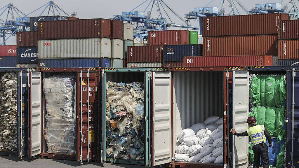 Zurück an den Absender: Malaysia schickt Plastikmüll in die Herkunftsländer zurück. Ein Polizist öffnet Container in Port Klang.