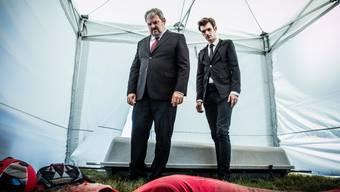 Vom Himmel gefallen: Mike Müller als Luc Conrad (links) und Reto Stalder als Fabio Testi bei der tödlich verunfallten Fallschirmspringerin im Birrfeld.