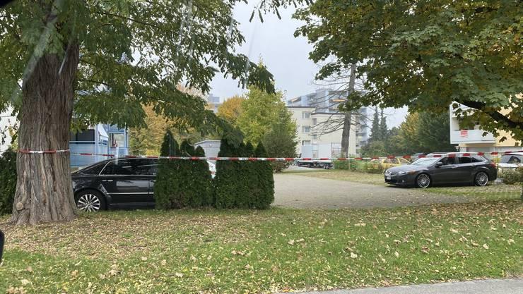 Mit Sperrband hat die Polizei das Gebiet abgesperrt.