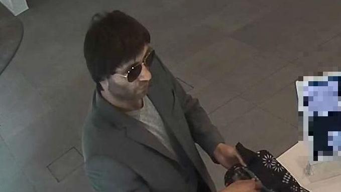Ein unbekannter Mann hat am Dienstagnachmittag eine Filiale der Zürcher Kantonalbank in Wollishofen überfallen.