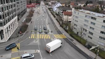 Links der Limmat Tower, rechts die Siedlung Schachenmatt: Der Fussgängerstreifen dazwischen ist Gegenstand der Petition.