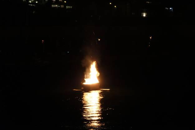Das Feuerschiff fährt über die Limmat.