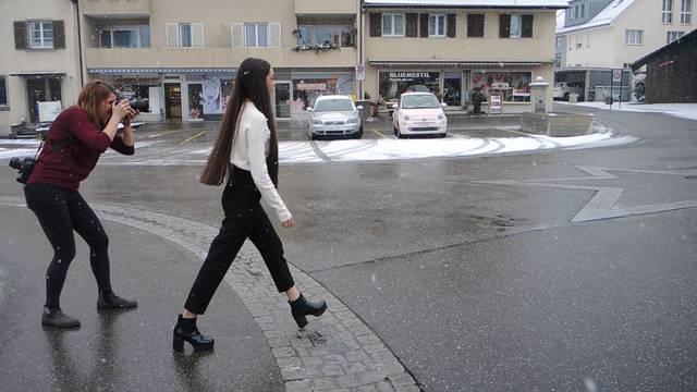 Fotoshooting für die AZ: Jastina Doreen im Schneetreiben.