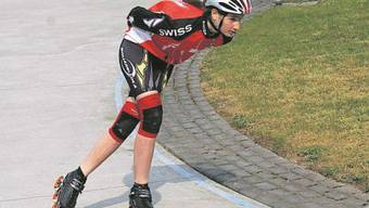 Ramona Härdi gleitet in aerodynamischer Körperhaltung um die Kurve