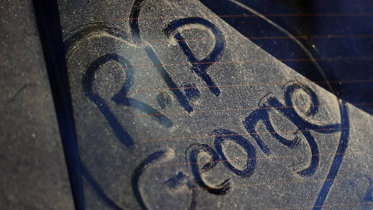 """""""Ruhe in Frieden George"""" schrieb ein Fan letzten Dezember auf eine staubige Autoscheibe vor dem Haus, in dem man den Sänger George Michael tot aufgefunden hatte. Erst jetzt, über drei Monate danach, wurde Michael in aller Stille beigesetzt."""