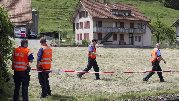 Warum hat man die Hinweise zuvor nicht erkannt, bevor 2011 ein Mann in Schafhausen im Emmental einen Polizisten bei einer Zwangsräumung erschoss?Das Bedrohungsmanagement will solche Fragen unnötig machen.