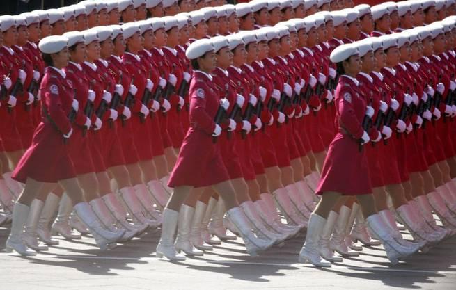 Im Gleichschritt: Chinesische Armee-Frauen präsentieren sich in der Parade.