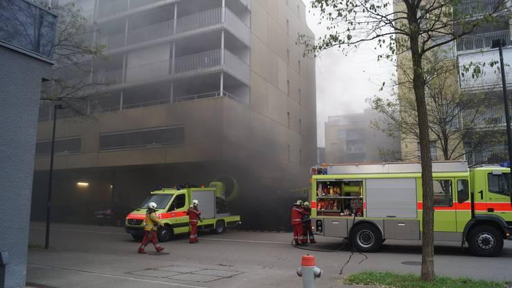 Die Feuerwehr konnte das Feuer rasch löschen und führte den Rauch aus der Sammelgarage ab.