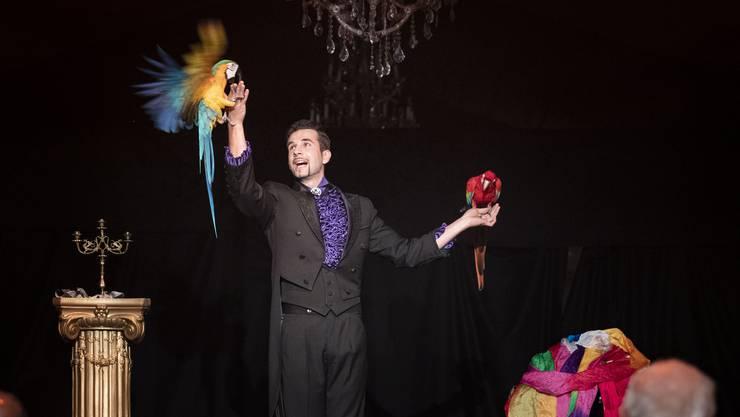 Der Magier und Illusionist Sergey Stupakov verblüfft und entzückt.