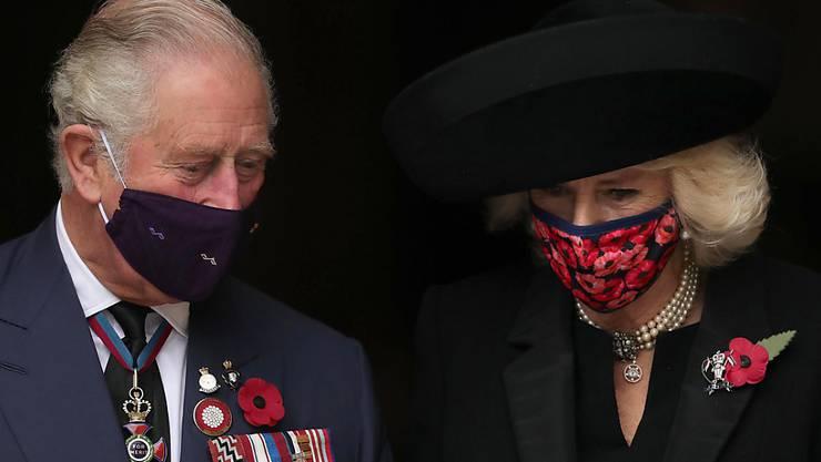 Prinz Charles und Camilla nehmen anlässlich des Tags des Waffenstillstands des Ersten Weltkriegs vor 102 Jahren an einem Gottesdienst in Westminster Abbey teil. Foto: Aaron Chown/PA Wire/dpa