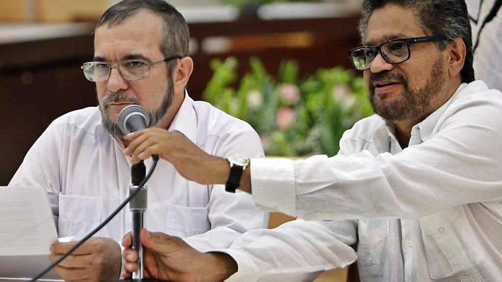 Farc-Anführer Rodrigo Londoño alias «Timochenko» (links) vor den Medien.