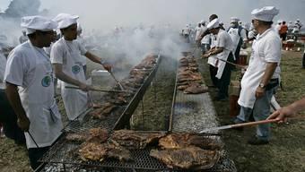 Köche am Grill in Uruguay bei einem früheren Rekordversuch (Archiv)