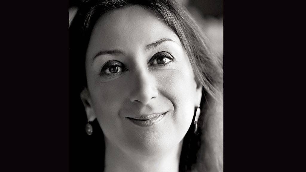 Auf Malta hat die Beweisaufnahme im Prozess um die Ermordung der Journalistin Daphne Caruana Galizia begonnen. Bereits 13 Stunden vor dem Attentat im Oktober war ein verdächtiger Gegenstand in der Nähe ihres Hauses aktiviert worden. (Archivbild)