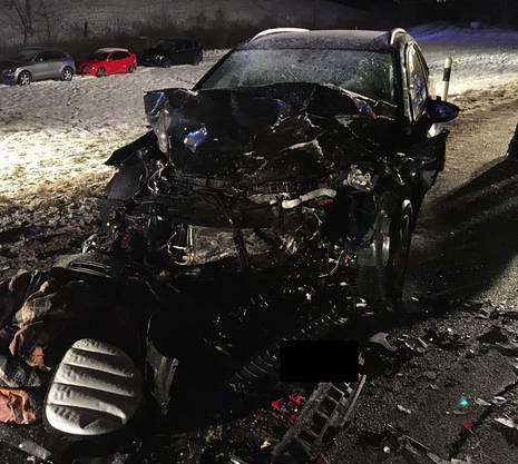 Der Zusammenstoss war sehr heftig, wie dieses Bild zeigt. Beide Autos erlitten Totalschaden. Schadensumme: Zirka 40'000 Franken.