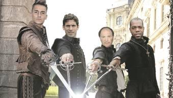 Gemeinsam für den Ligaerhalt: FCA-Trainer Raimondo Ponte alias D'Artagnan (2.v.r.) und die drei Musketierchen Joël Mall (l.), Juan Pablo Garat (2.v.l.) und Kim Jaggy.