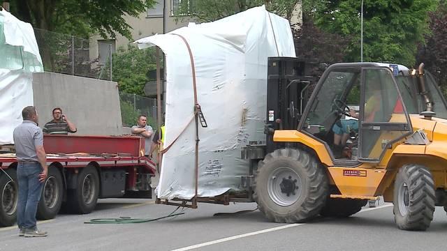Nachdem der Lastwagen in die Brücke gefahren ist, müssen die Glasscheiben geborgen werden