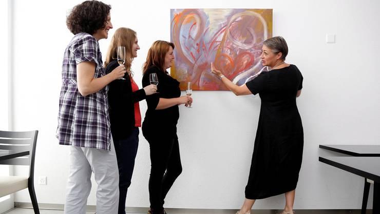 Unter Anleitung der Kunstmalerin Sara Capretti (r.) wurden Monika Habegger Niggli, Lianne Westerholt und Angela Späti (v.l.) für einmal selbst zu Künstlerinnen.