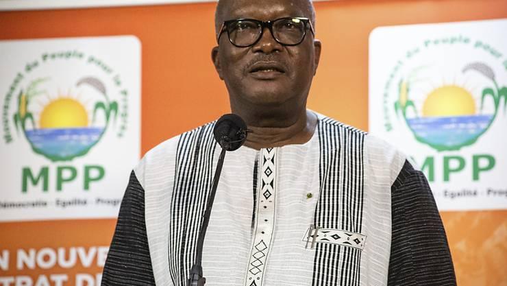 In Burkina Faso ist  Präsident Roch Marc Christian Kaboré bei den Wahlen vom vergangenen Wochenende für weitere fünf Jahre im Amt bestätigt worden. Foto: Sophie Garcia/AP/dpa