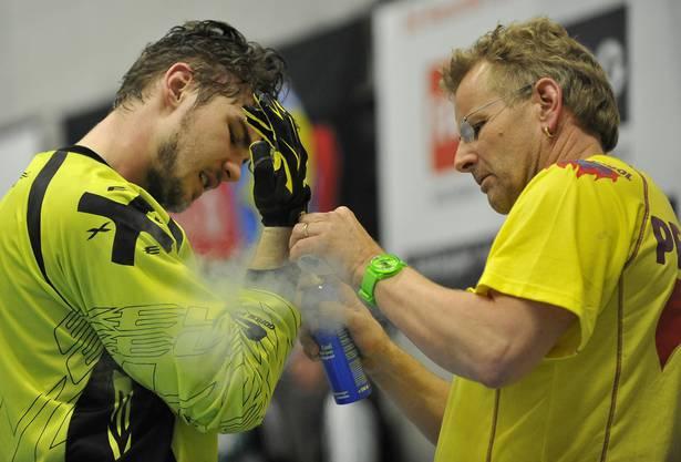 Wiler-Goalie Nicolas Wolf muss sich nach einem harten Rencointre pflegen lassen.