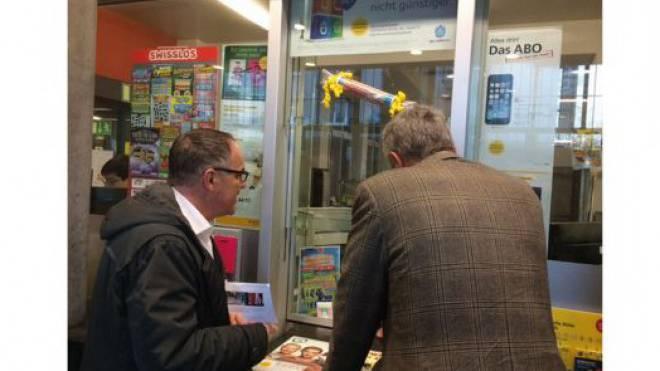 Hier bringt der Spender zusammen mit Tele-Züri-Chefredaktor Markus Gilli das Geld zur Post.