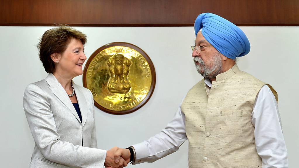 Bundesrätin Sommaruga und der indische Minister für Zivilaviatik, Hardeep Singh Puri, am Montag in Delhi.