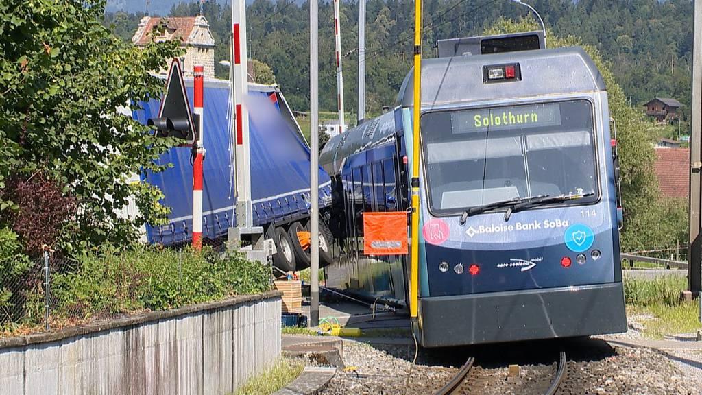Zwei Leichtverletzte bei Kollision zwischen Lastwagen und Zug