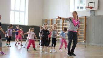 Rebecca Bachmann bringt den Kindern im Kurs «Tanzen für coole Kids» abwechslungsreiche Choreografien bei.