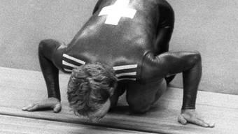 Robert Dill-Bundi küsst nach seinem Olympiasieg bei den Boykott-Spielen 1980 in Moskau die Bahn. Das Bild ging um die Welt