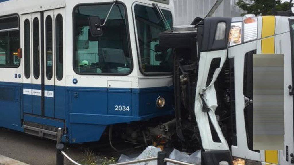 Durch den Aufprall mit dem Tram kippte der Lastwagen zur Seite. Der Chauffeur wurde dabei leicht verletzt.