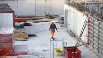 Temporäre Arbeiter werden in vielen Branchen eingesetzt. Unter anderem auch auf Baustellen. (Symbolbild)