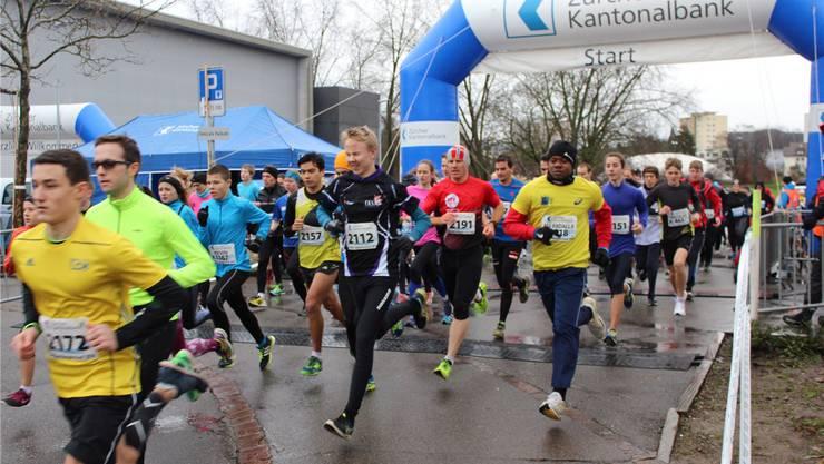 Unbeeindruckt vom nassgrauen Wetter absolvierten die Teilnehmer die 12,1 Kilometer lange Strecke.