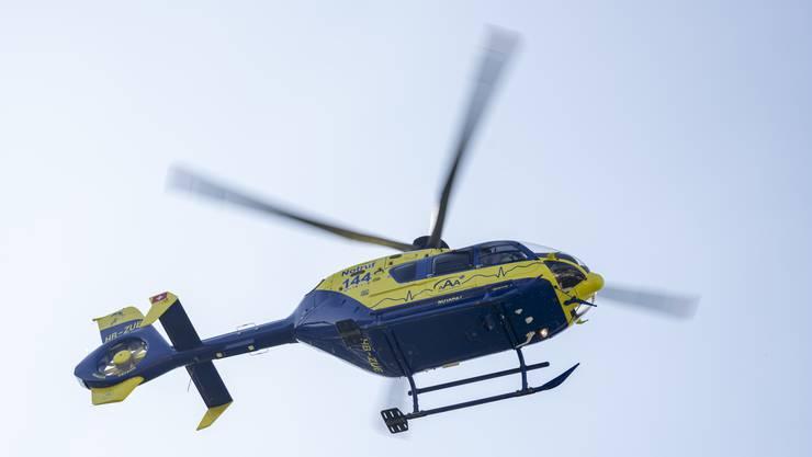 Eines der Kinder musste nach der medizinischen Erstversorgung vor Ort mit einem Helikopter der AAA-Ambulanz in ein Spital geflogen werden. (Symbolbild)
