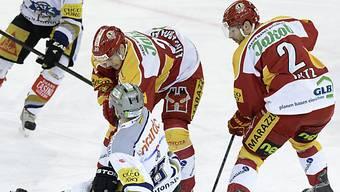 Zugs Reto Suri (m.) von Kim Lindemann und Philipp Rytz gestoppt.