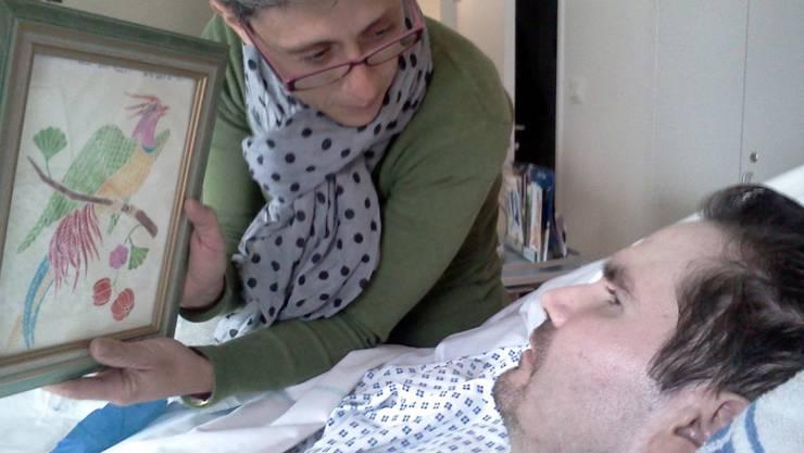 Eine Aufnahme aus dem Jahr 2013 zeigt Mutter Viviane Lambert, wie sie zusammen mit ihrem Sohn Vincent im Spital in Reims ein Bild betrachtet. (Archivbild)