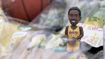 Eine Kobe-Bryant-Figur vor dem früheren Schulhaus des NBA-Stars ins Pennsylvania