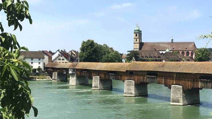 Die Idylle um die alte Holzbrücke trügt: Das Schwimmen im Rhein kann derzeit schnell gefährlich werden. Nadine Böni