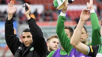 Matchwinner Yannis Tafer (links) und die St. Galler bedanken sich beim mitgereisten Anhang