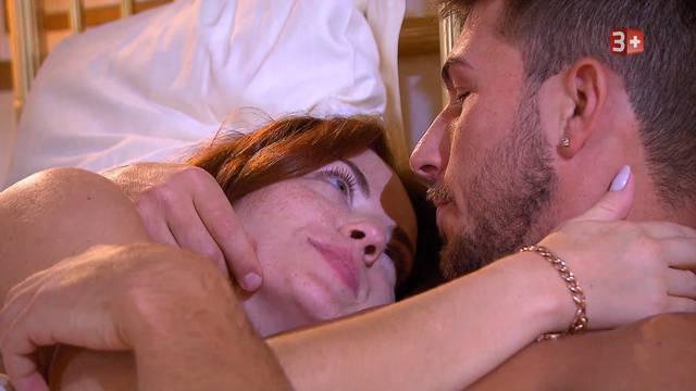 Küsse überall: Zaklina und ihr Michael besuchen seine Eltern, machen einen Bootsausflug auf dem Vierwaldstättersee oder liegen sich im Hotelbett in den Armen.