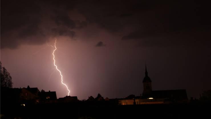 1. Preis: Ladina Thöny hat im richtigen Moment abgedrückt, genau als der Blitz über Oberlunkhofen zu sehen war.