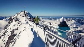 Eine 107 Meter lange Hängebrücke führt zum Gipfel des Scex Rouge. Das Panorama ist eindrücklich: Bei guter Sicht sieht man mehr als zwanzig 4000er.