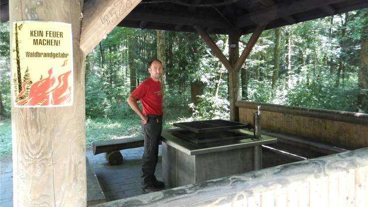 Auch in den Waldhäusern mit den grossen Feuerstellen ist das Grillen verboten, wie Daniel Schmutz erklärt.