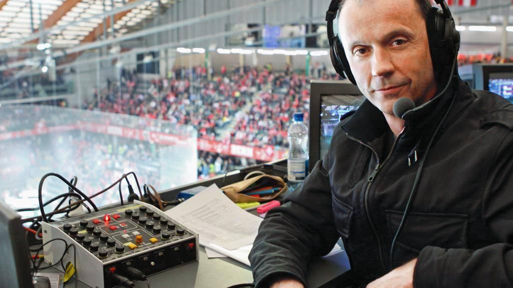 Stefan Bürer ist Präsident des Tennisclubs Rapperswil. Fürs SRF kommentiert er Eishockey- und Tennisspiele.